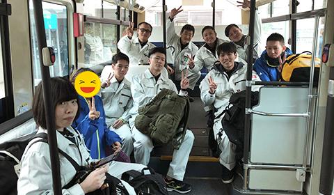 バスに乗り込む研修生