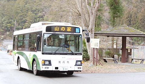 山の家行バスが到着