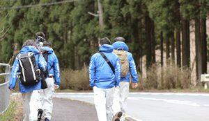 目的地へ向かい歩き出すチームマイコハン